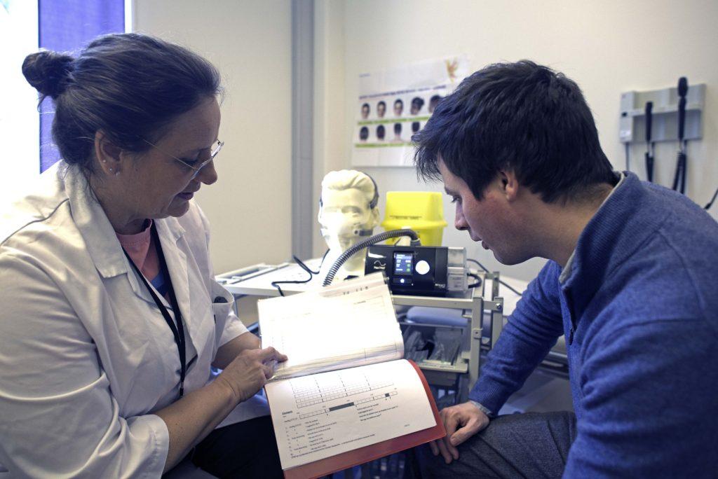 Bilde av samtale mellom veileder og deltaker i studien