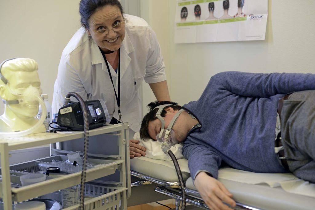 Bilde av en deltaker i studien, liggende med pustemaske