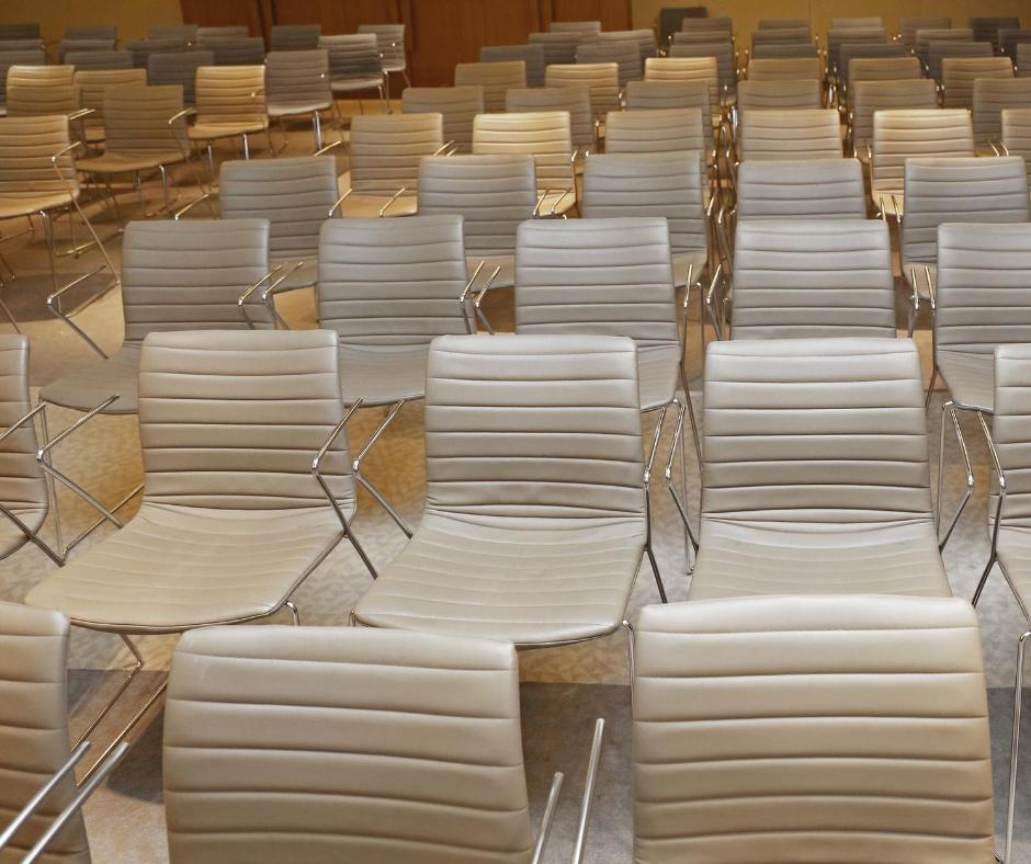 Tomme stoler i en konferansesal